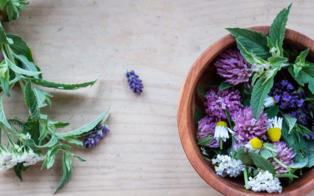 Kwiatowa parówka do twarzy podrażnionej i przetłuszczającej się