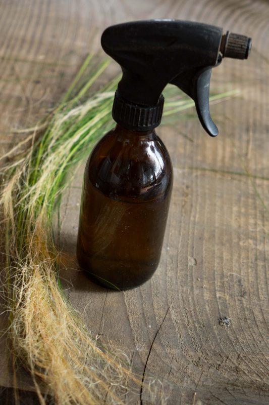 Jak sprzątać w pokoju alergika? czym sprzątać spray
